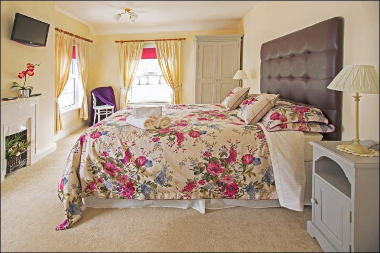 Spacious En-suite bedroom at Rhos Ddu Cottage