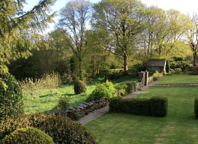 The gardens leading to the orchard - Carregfelen Holiday Rental, Porthmadog