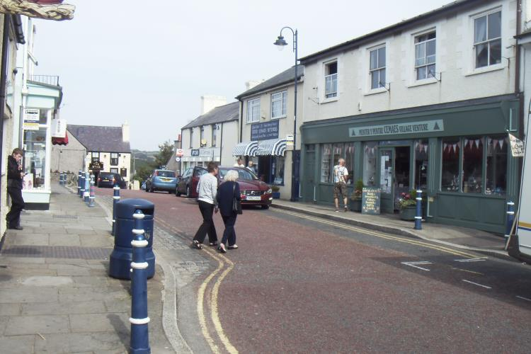 Just around the corner from the apartment is the quaint High St with shops, supermarkets and pubs