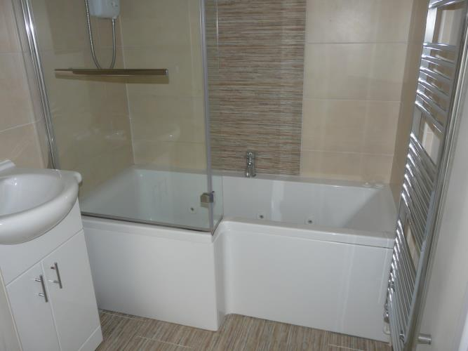 En suite spa bath with shower - Seashells Cottage Moelfre - Anglesey Coastal Holiday Cottage - Lligwy Beach