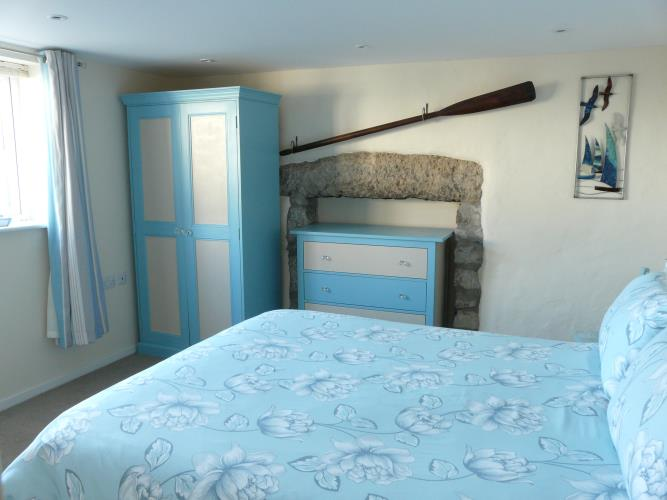 King bed bedroom - Seashells Cottage Moelfre - Anglesey Coastal Holiday Cottage - Lligwy Beach