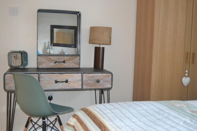Dressing table in twin en-suite room - Saibod Holiday Cottage, Betws-y-Coed, Snowdonia