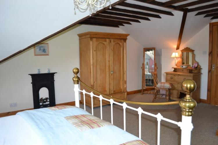 Truly romantic spacious Double with roll top bath en-suite in Siabod